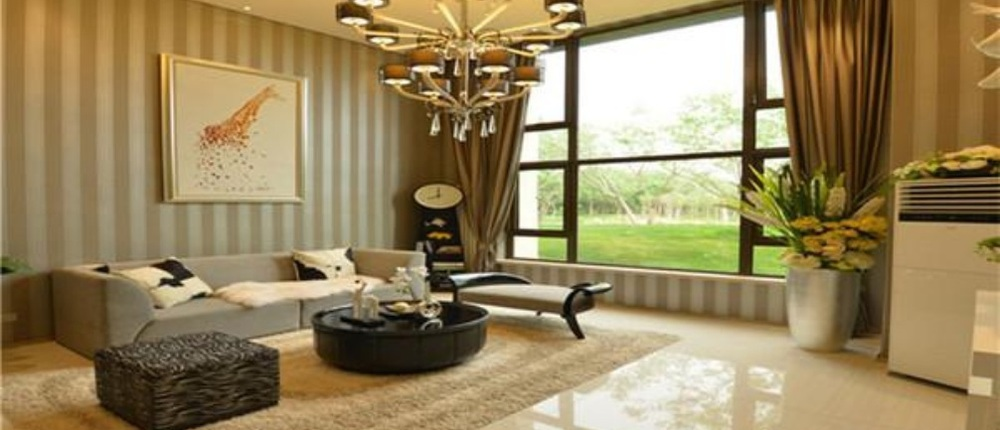 水晶欧式吊灯;卧室地面:圣象8000转木地板.