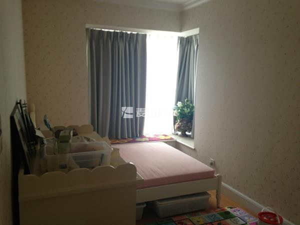 全新欧式装修 南北通透的主卧室