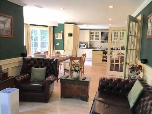龙 苑别墅占地800平米的大房子精装修地下室带有酒吧和影音室